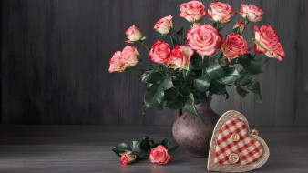 цветы, розы, ваза, букет, бутоны, сердечко