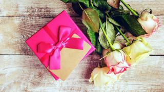 обои для рабочего стола 2560x1440 праздничные, подарки и коробочки, розы, подарок, лента, бант