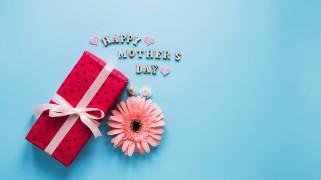 обои для рабочего стола 2557x1438 праздничные, день матери, подарок, лента, бант, надпись, гербера