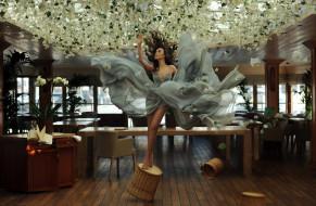 шатенка, платье, падение, цветы, зал