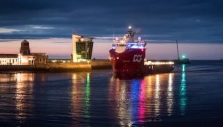 skandi aukra, буксир, судно снабжения, причал, огни, вечер, шотландия, абердин, город, гавань