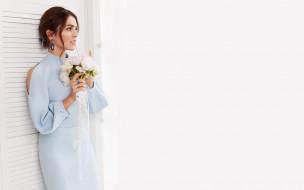 певица, шатенка, платье, букет, цветы
