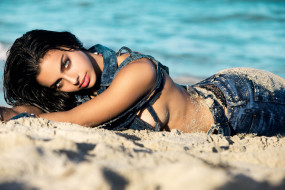 priscilla huggins ortiz, девушки, - брюнетки,  шатенки, priscilla, huggins, ortiz, пляж, песок, джинса, стройная, сексуальная, девушка, модель, брюнетка, красотка, поза, взгляд, макияж