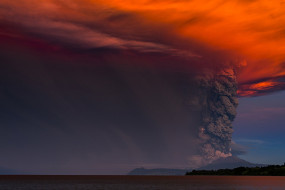 природа, стихия, вулкан, красное, зарево, извержение, дым, клуб, облака, задымление, лава, магма, огонь, брызги, поток, явление, гора, молнии, раскат, гром