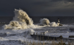 обои для рабочего стола 2047x1254 природа, маяки, маяк, шторм, волна, буря, брызги, мощь, ураган, непогода, ветер, стихия, сила, океан, море, вода