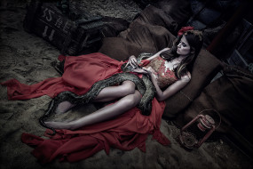девушки, - креатив,  косплей, девушка, модель, креатив, косплей, cosplay, платье, красное, змея, война, ящик, патроны, бутылка, брюнетка, зелёная, разруха