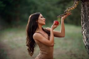 девушки, - креатив,  косплей, девушка, модель, креатив, косплей, cosplay, змея, брюнетка, причёска, взгляд, дерево, ева, яблоко