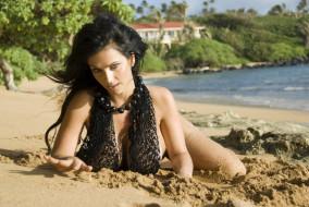 обои для рабочего стола 4000x2678 девушки, denise milani, брюнетка, бусы, сетка, берег, песок