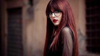 девушки, - рыжеволосые и разноцветные, очки