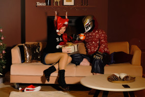 костюмы, маска, девушка, подарок, мужчина, диван, чашка, ёлка