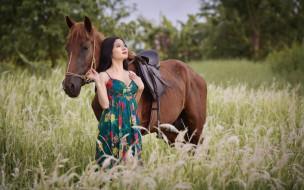 луг, брюнетка, платье, лошадь