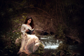 лес, брюнетка, юбка, блуза, книга