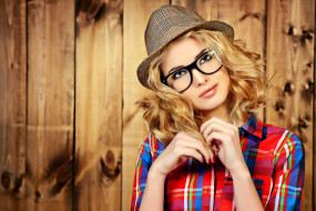блондинка, шляпа, очки, рубашка