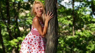 девушки, talia blonde , talia cherry,  ксения михалева, дерево, блондинка, платье, улыбка