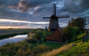 река, мельницы, дом