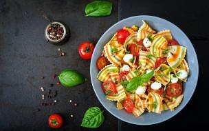 еда, макароны,  макаронные блюда, бантики, базилик, помидоры