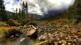 обои для рабочего стола 1920x1080 природа, реки, озера, камни, галька, скалы, вода, зеленый, деревья, лес, горы, фон, белый, облака, небо, hd