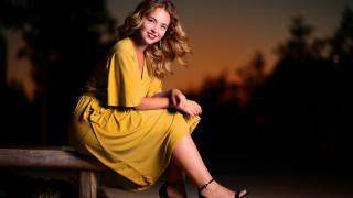 желтое платье, девушка, сидя, улыбка, лавка