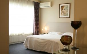 интерьер, спальня, бокалы, кровать, картина, окно, кондиционер