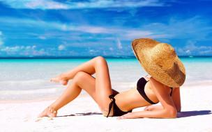обои для рабочего стола 2560x1600 девушки, - брюнетки,  шатенки, море, пляж, купальник, шляпа, поза