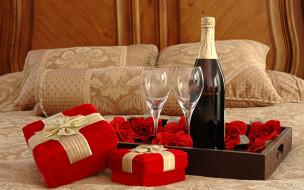 бутылка, бокалы, коробка, подарки, кровать