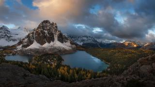 природа, реки, озера, пейзаж, белые, заснеженные, горы, зеленый, желтый, осень, деревья, река, облака, голубое, небо