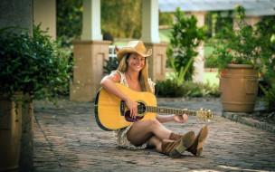 блондинка, гитара, шляпа, улыбка