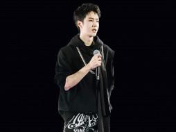 актер, певец, микрофон