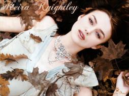 Keira Knightley обои для рабочего стола 1024x768 Keira Knightley, девушки, актриса, листья, осень, ожерелья