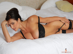 Denise Milani, девушки, белая кровать, лифчик, стринги, взгляд, красивая женщина, шикарное тело, женщина