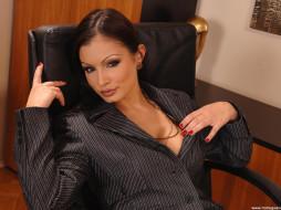 Aria Giovanni, goivanni, девушки, женщина, красивая женщина, брюнетка, взгляд, пиджак, маникюр