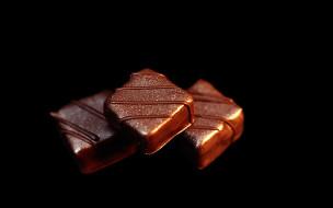 еда, конфеты, шоколад, сладости, дольки, фон, тёмный