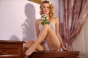 обои для рабочего стола 2000x1333 _Unsort -НЕ ВЫБИРАТЬ  , девушки, , не, выбирать, поставила ножку на край стола, сидит на столе, комната, красивые ножки, трусики, чудесная грудь, майка сеточка, великолепное тело, прелесть, взгляд, венецианская блондинка, красивая