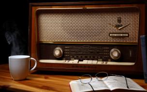 Radio обои для рабочего стола 2560x1600 radio, бренды, grundig, очки, чашка, приемник