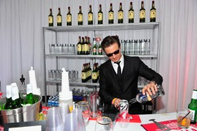 бар, актер, Jeremy Renner, очки, костюм, напитки, бутылки