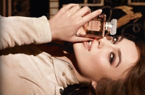 бренды, chanel, кира, найтли, актриса, шатенка, лицо, волосы, взгляд, рука, coco, mademoiselle, парфюм, реклама