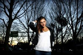 сумерки, Phoebe Tonkin, парк, деревья, машины, знак
