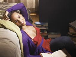 комната, диван, улыбка, певица, Alicia Keys, книги