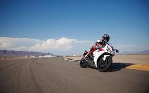 Honda CBR 1000 RR 2012 обои для рабочего стола 2560x1600 honda cbr 1000 rr 2012, мотоциклы, honda, белый, закладывает, тест, едет, мотоциклист, трэк