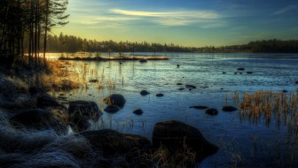 природа, реки, озера, свет, трава, лес, озеро, тучи, камни