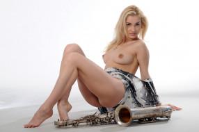 эротика, блондинки, взгляд, девушка, грудь, саксофон