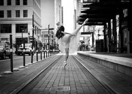 обои для рабочего стола 3654x2592 девушки, -unsort , Черно-белые обои, город, улица, здания, дома, балет, балерина, танец