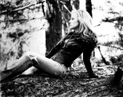 музыка, anastacia, куртка, профиль, бревно, черно-белая, певица, анастейша, джинсы, деревья