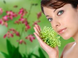 девушки, -unsort , лица,  портреты, цветок, рука, улыбка, взгляд, хризантема