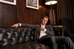 комната, костюм, актер, торшер, диван, картины